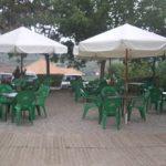 Instalación de terraza de un bar en espacio comunitario