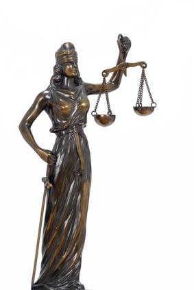 El copropietario demandado por su Comunidad ¿participa en la derrama para abonar gastos de abogado y procurador?